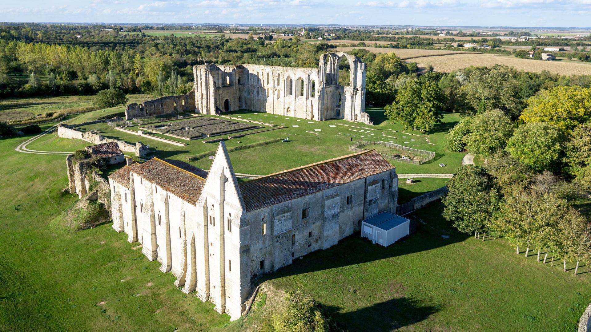 Abbaye-de-maillezais-Vendee-copyright-Shootvideo-2014---MD.jpg?itok=upeB3zYW